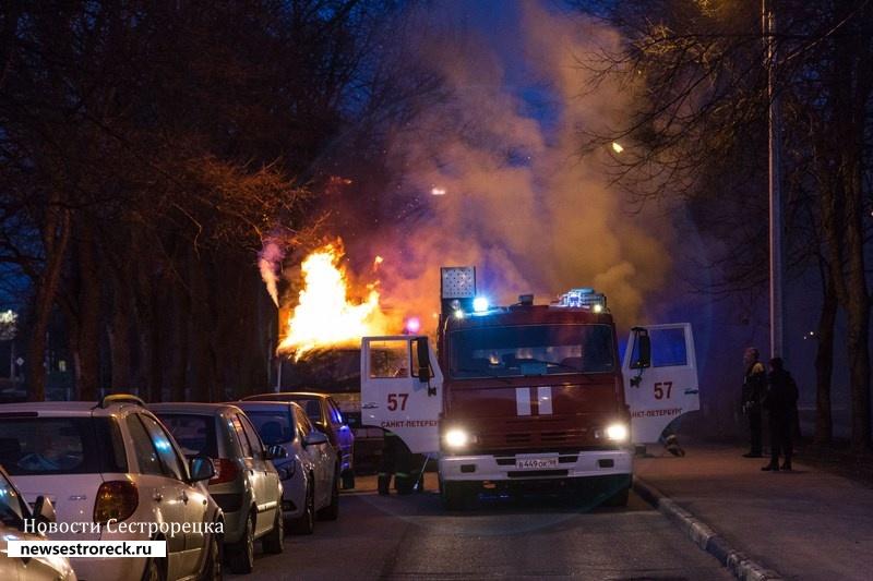 У дома 286 по Приморскому шоссе горел грузовик «Мерседес-Бенц»