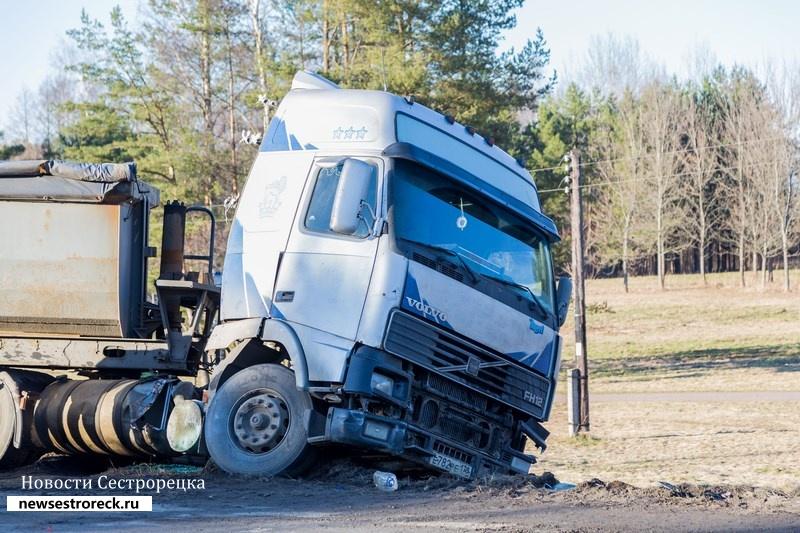 На выезде из Сестрорецка «сложился» грузовик Volvo