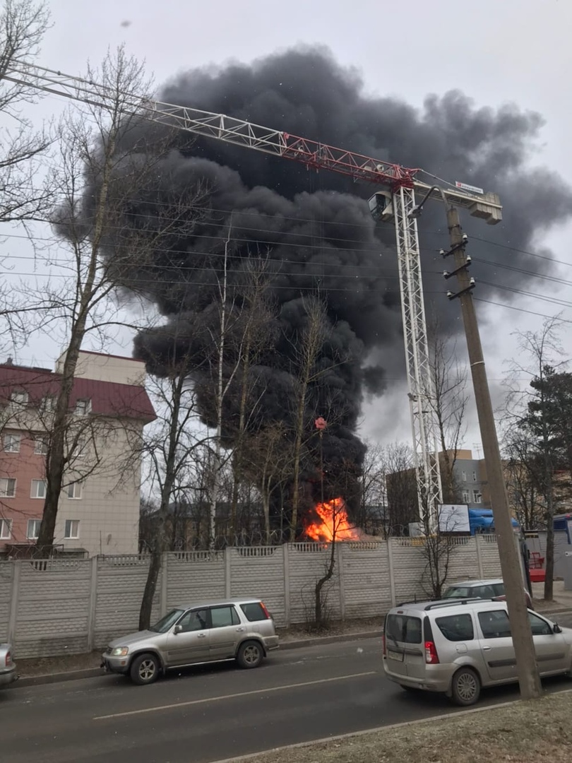 В Сестрорецке около больницы № 40 горела строительная бытовка